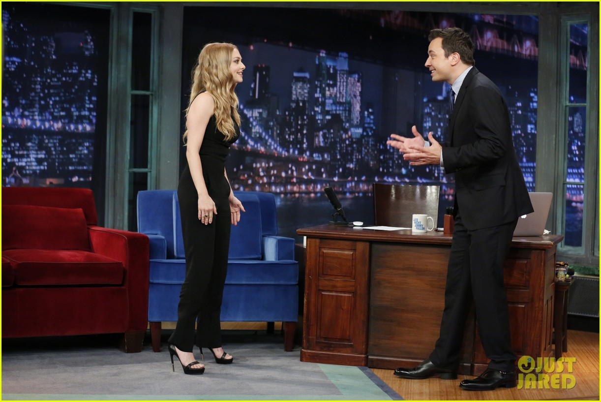 amanda seyfried plays catch phrase on late night with jimmy fallon 042925788