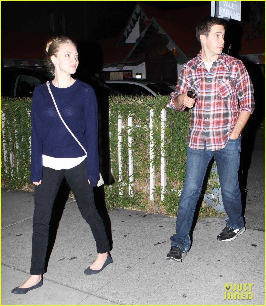 amanda seyfried justin long hang out with finn the dog 032936972