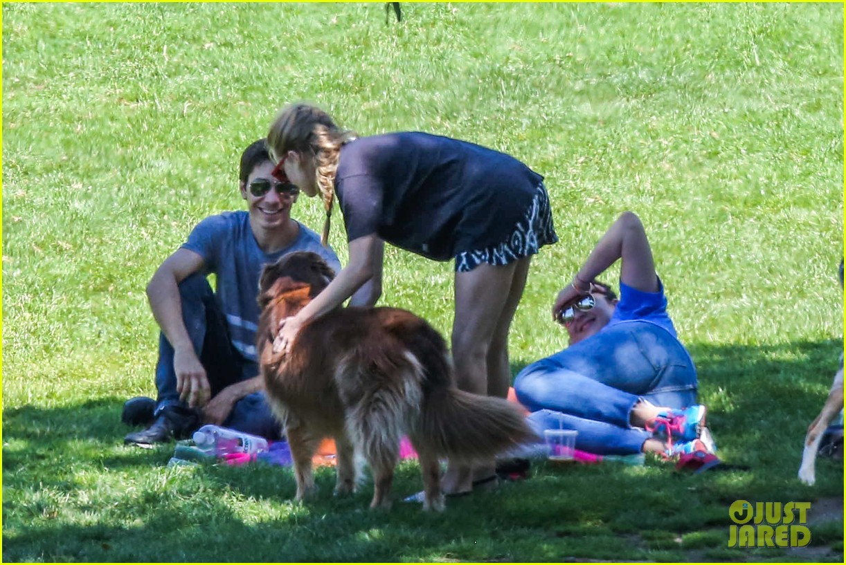 amanda seyfried justin long hang out with finn the dog 08