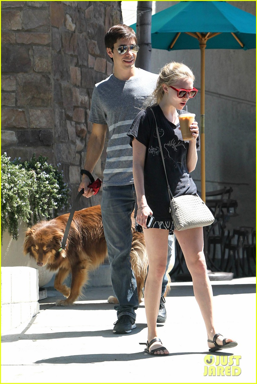 amanda seyfried justin long hang out with finn the dog 13