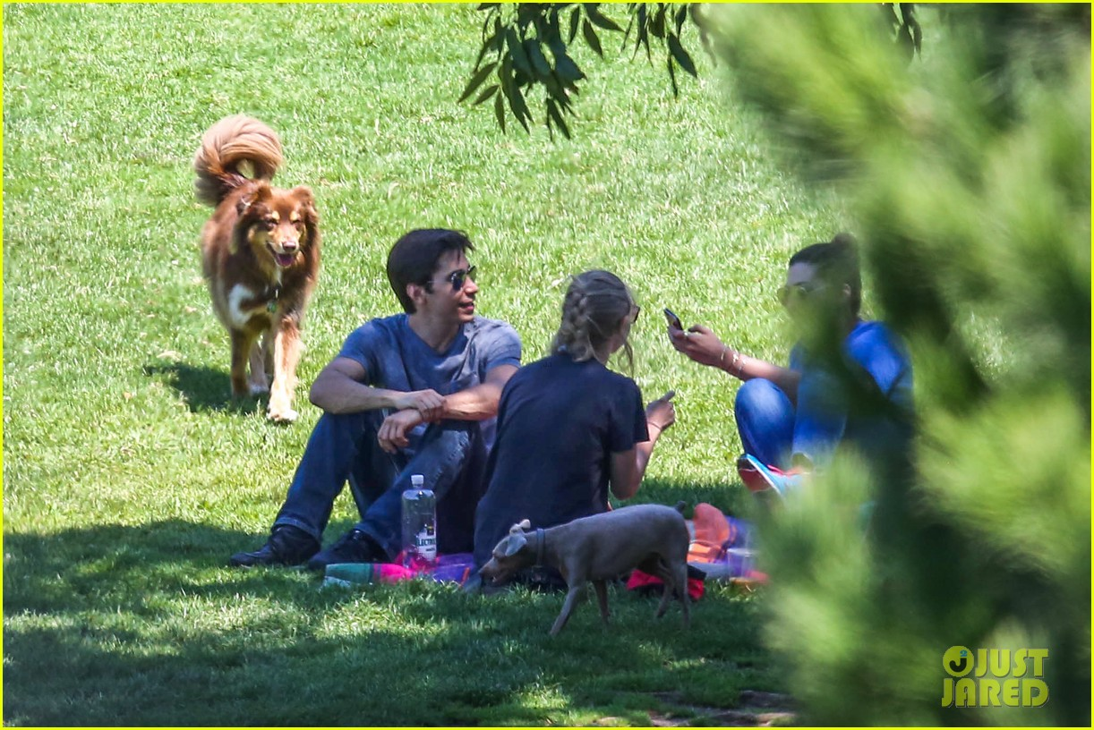 amanda seyfried justin long hang out with finn the dog 142936983