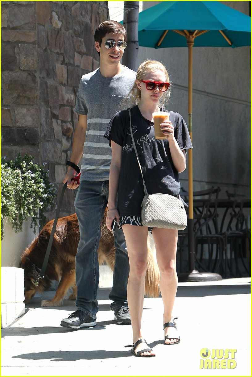amanda seyfried justin long hang out with finn the dog 17