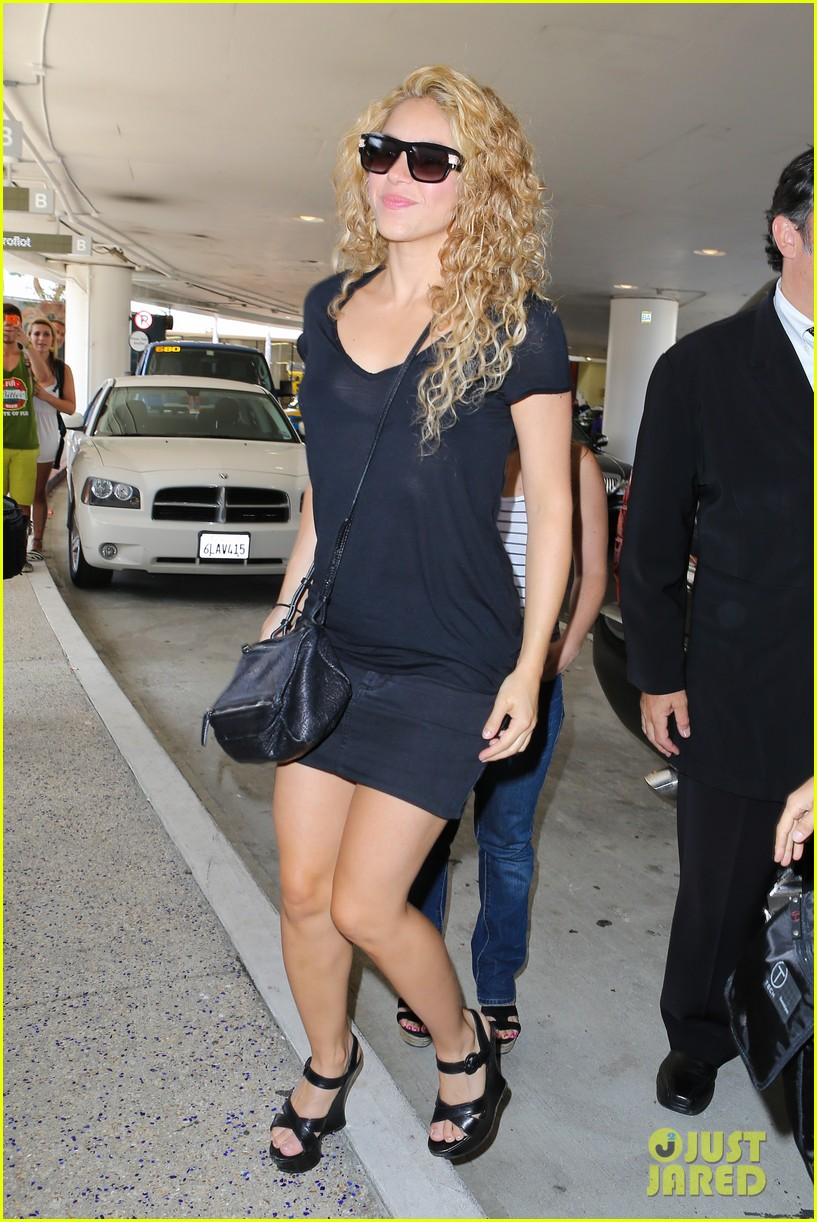 shakira milan fly from los angeles to paris 08