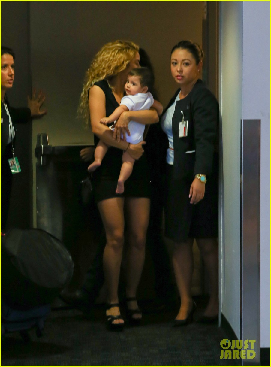 shakira milan fly from los angeles to paris 12