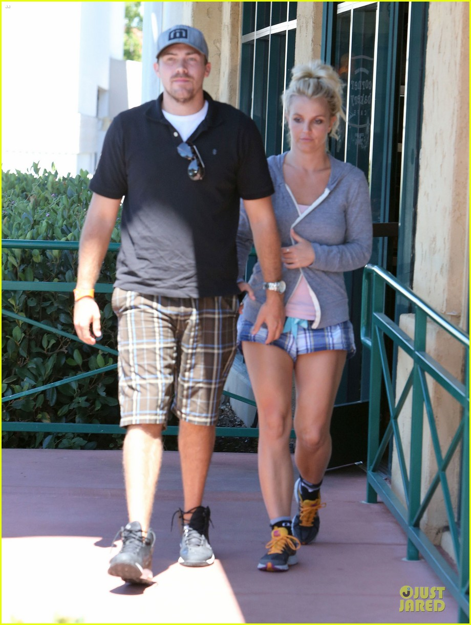 britney spears david lucado hold hands at corner bakery 03