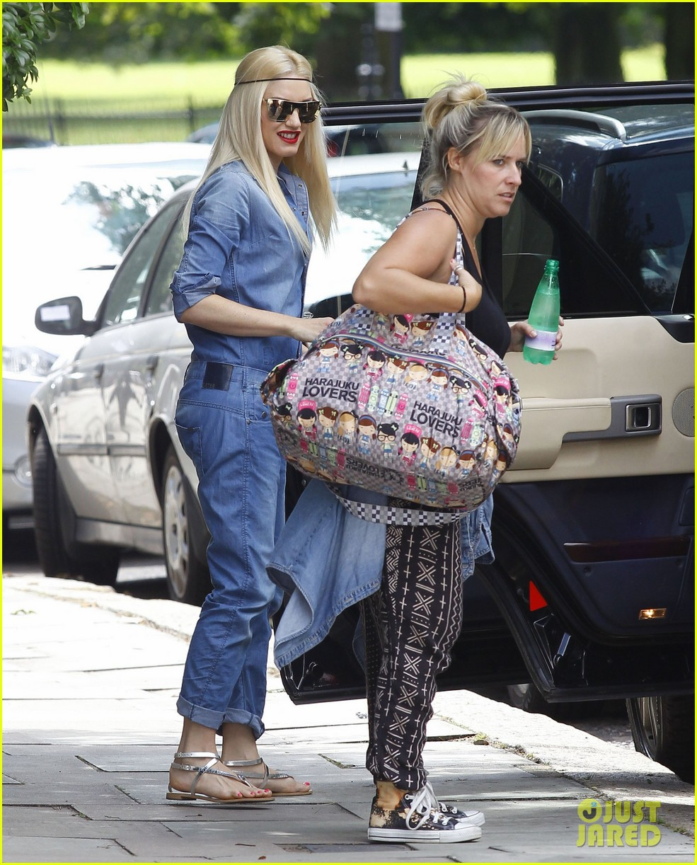 gwen stefani rocks all denim for departing family flight 012936237
