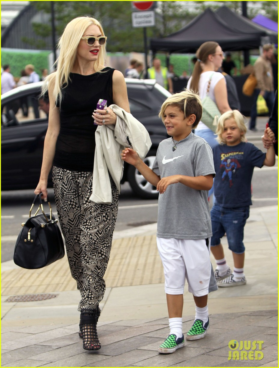 gwen stefani gavin rossdale hold hands for lunch 23