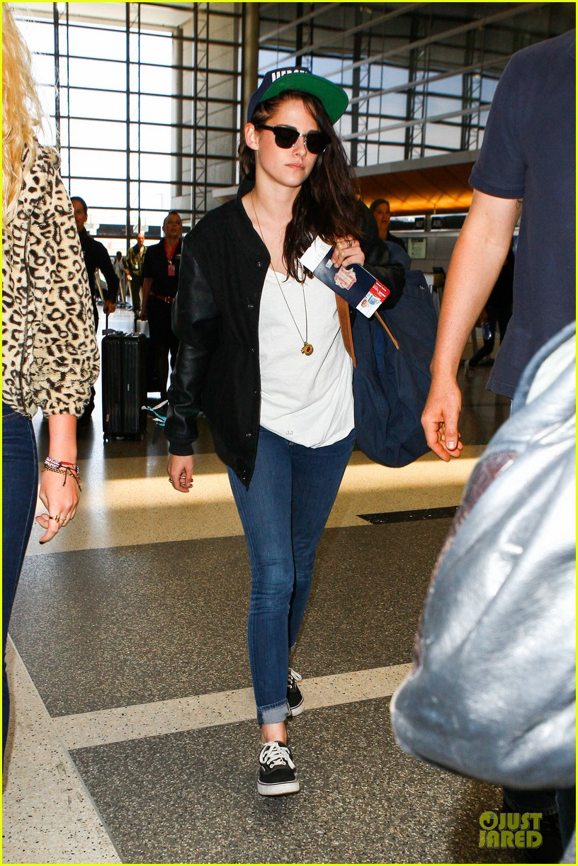 kristen stewart supports mercenaries at lax airport 082933526