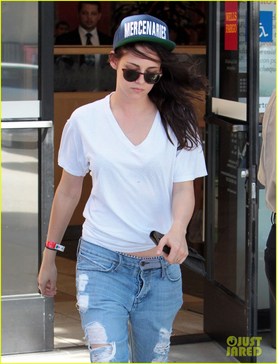 kristen stewart is a mercenary at the bank 122930941