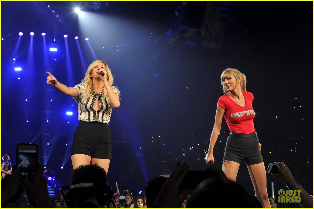 taylor swift performs anything performance with ellie goulding 03