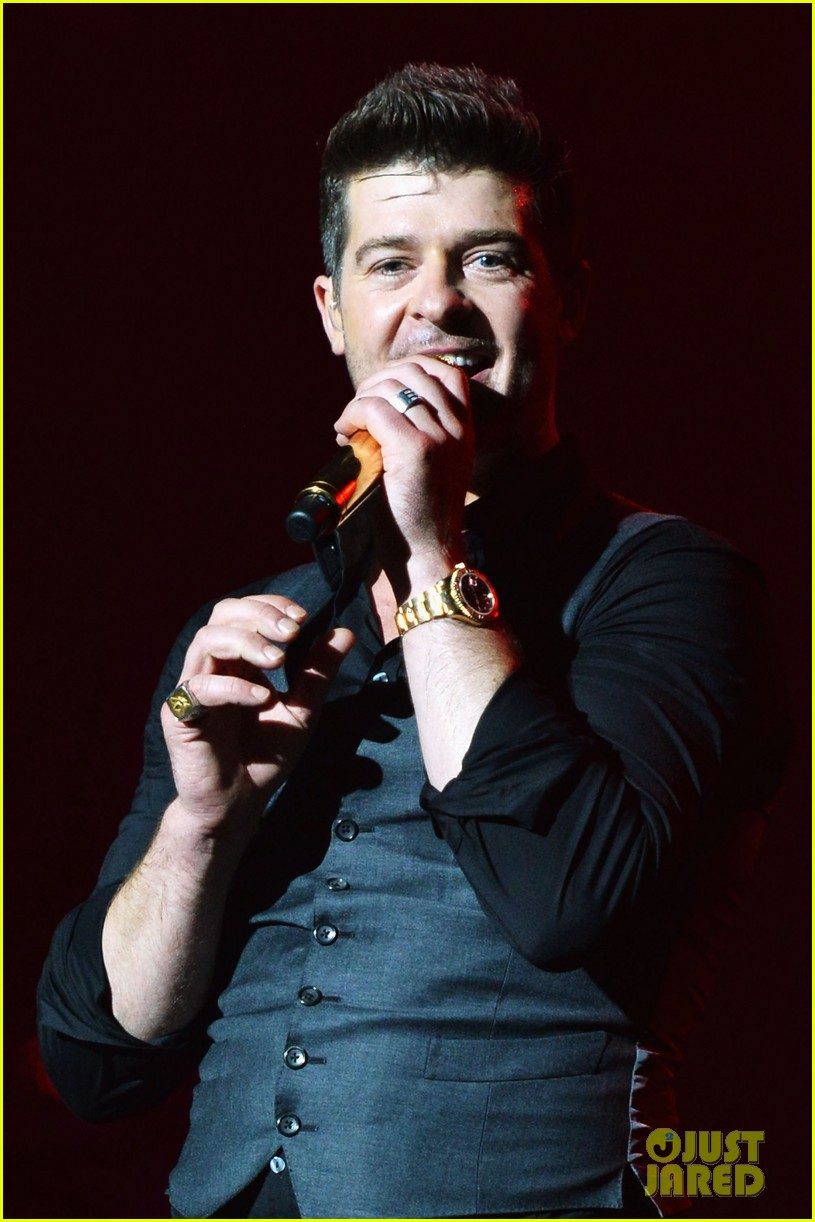 robin thicke macklemore perform pre vma 2013 concert 162937098