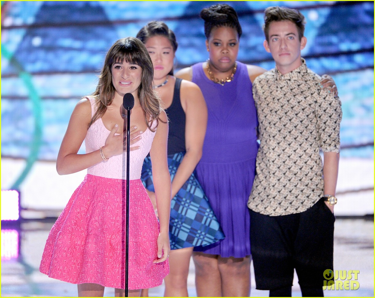 jenna ushkowitz embraces lea michele at teen choice awards 02