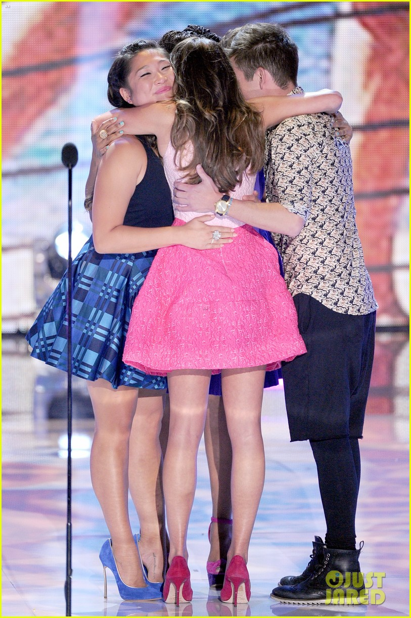 jenna ushkowitz embraces lea michele at teen choice awards 03