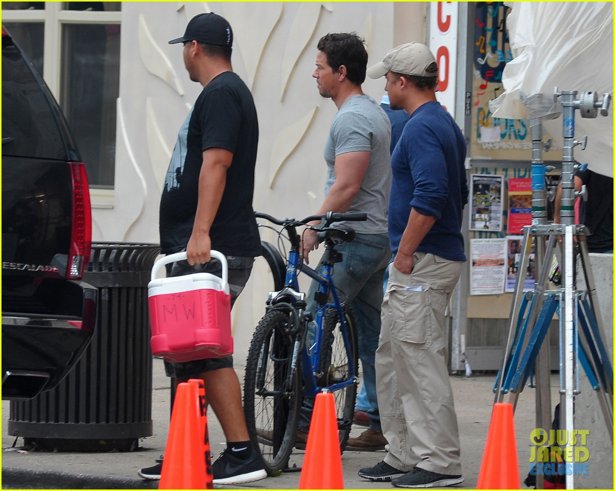 mark wahlberg flaunts big muscles on transformers 4 set 03