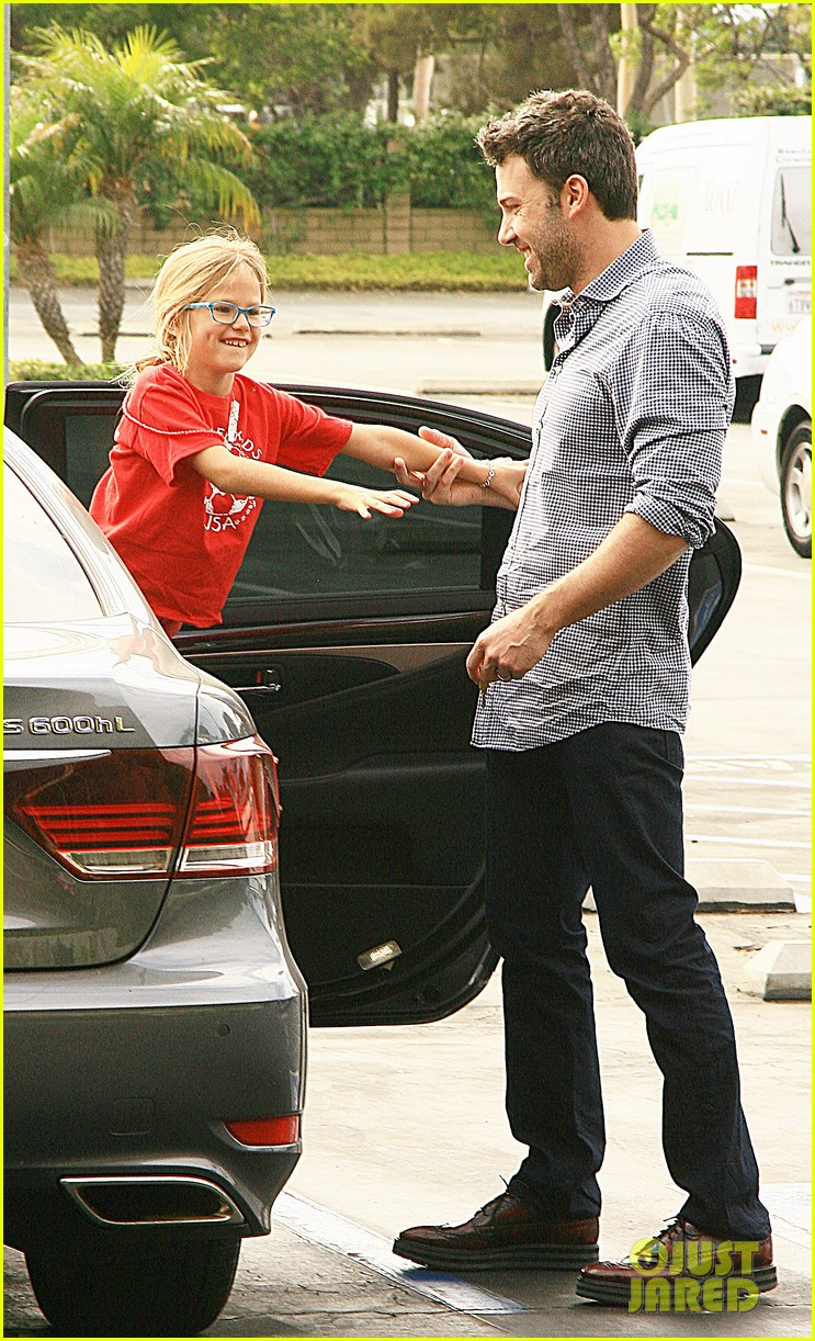ben affleck gets hugs from violet after big family outing 062958449