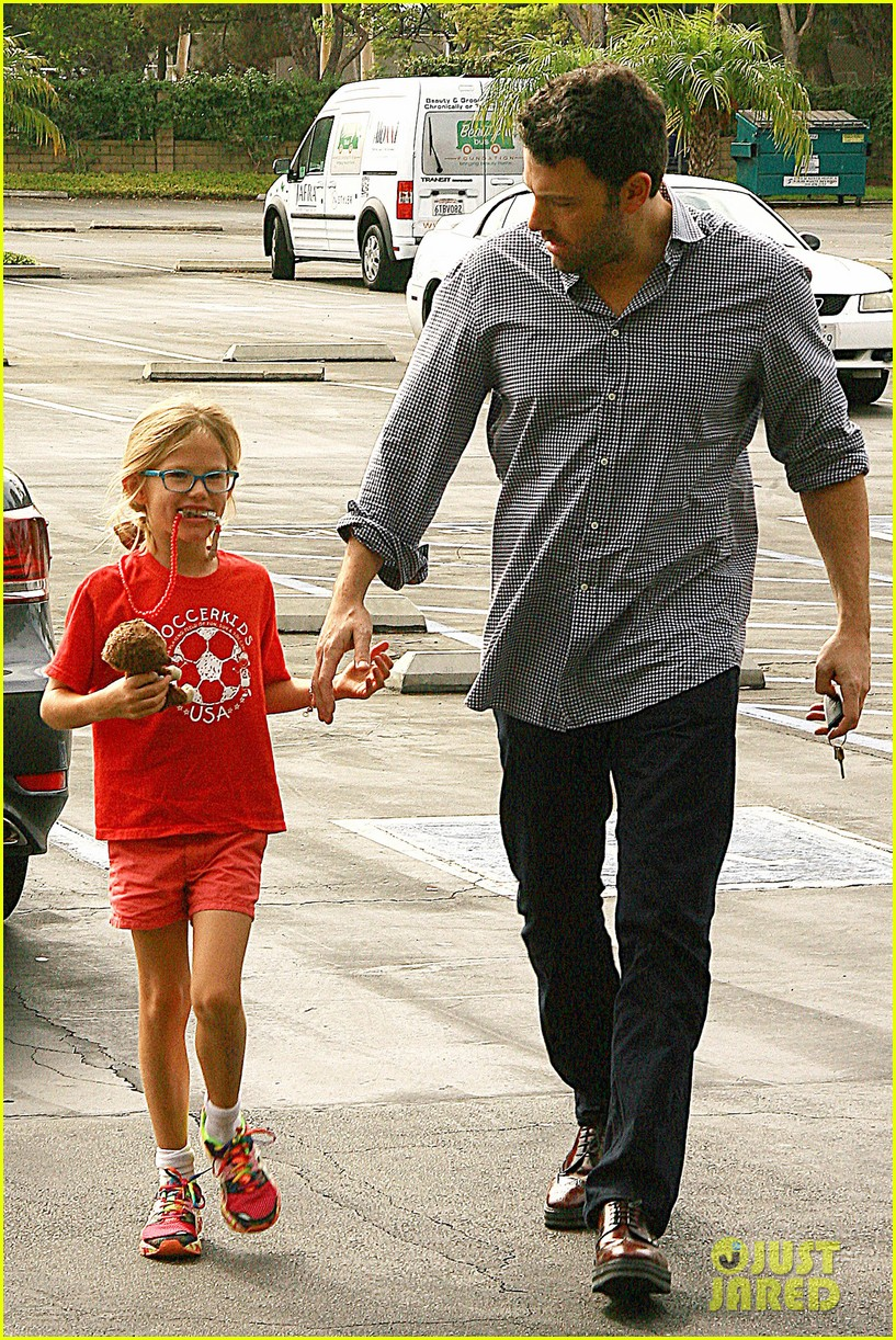 ben affleck gets hugs from violet after big family outing 09