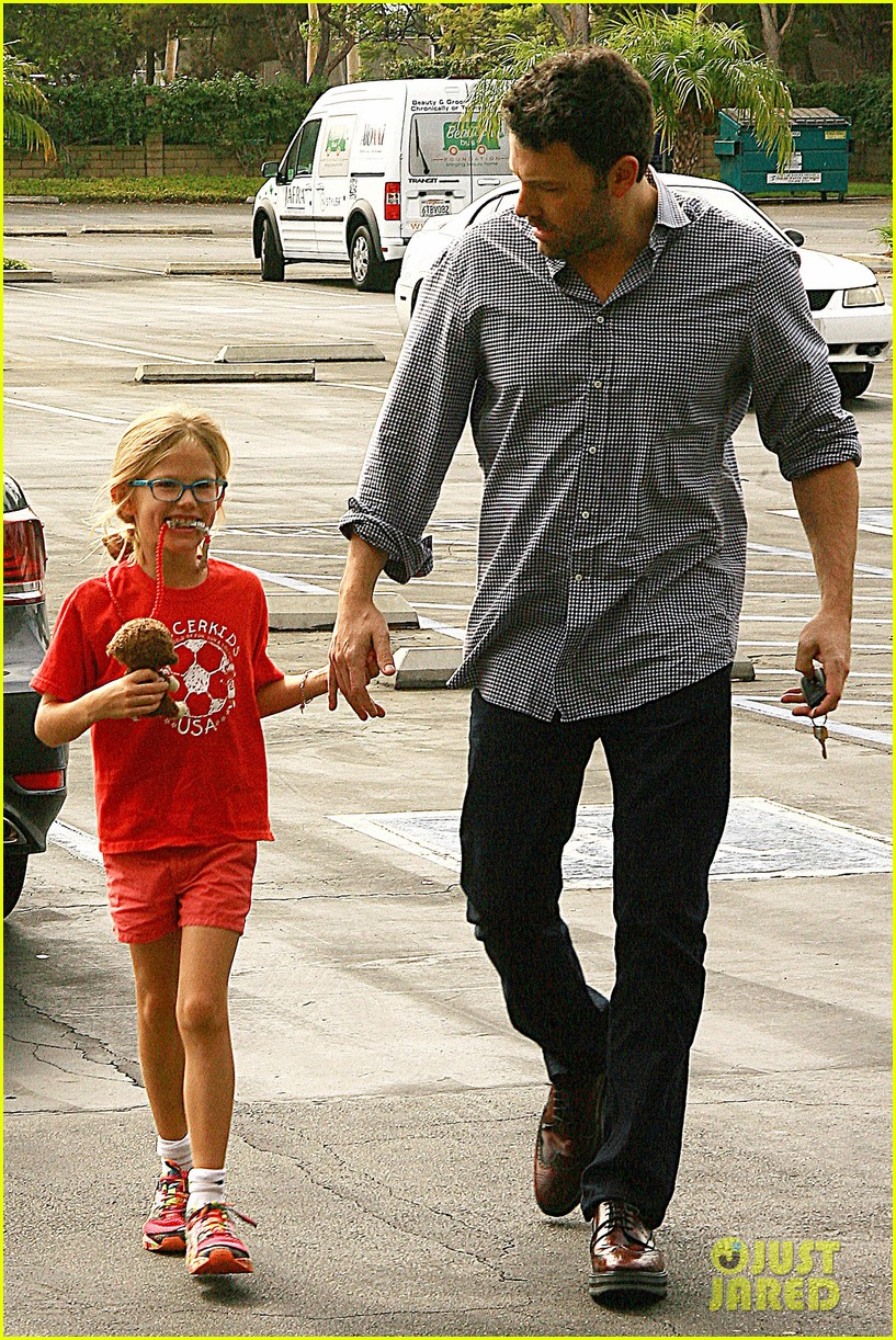 ben affleck gets hugs from violet after big family outing 122958455