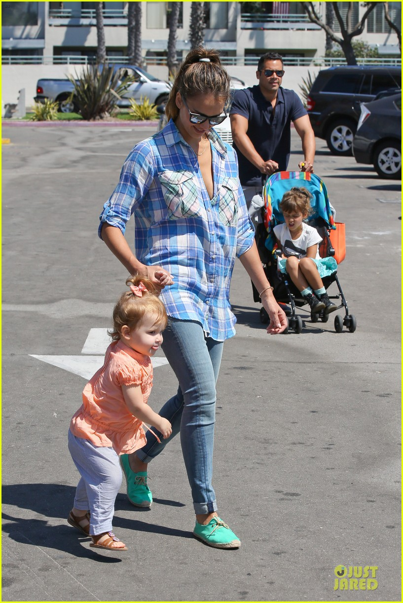 jessica alba farmers market fun with family after nyfw 30