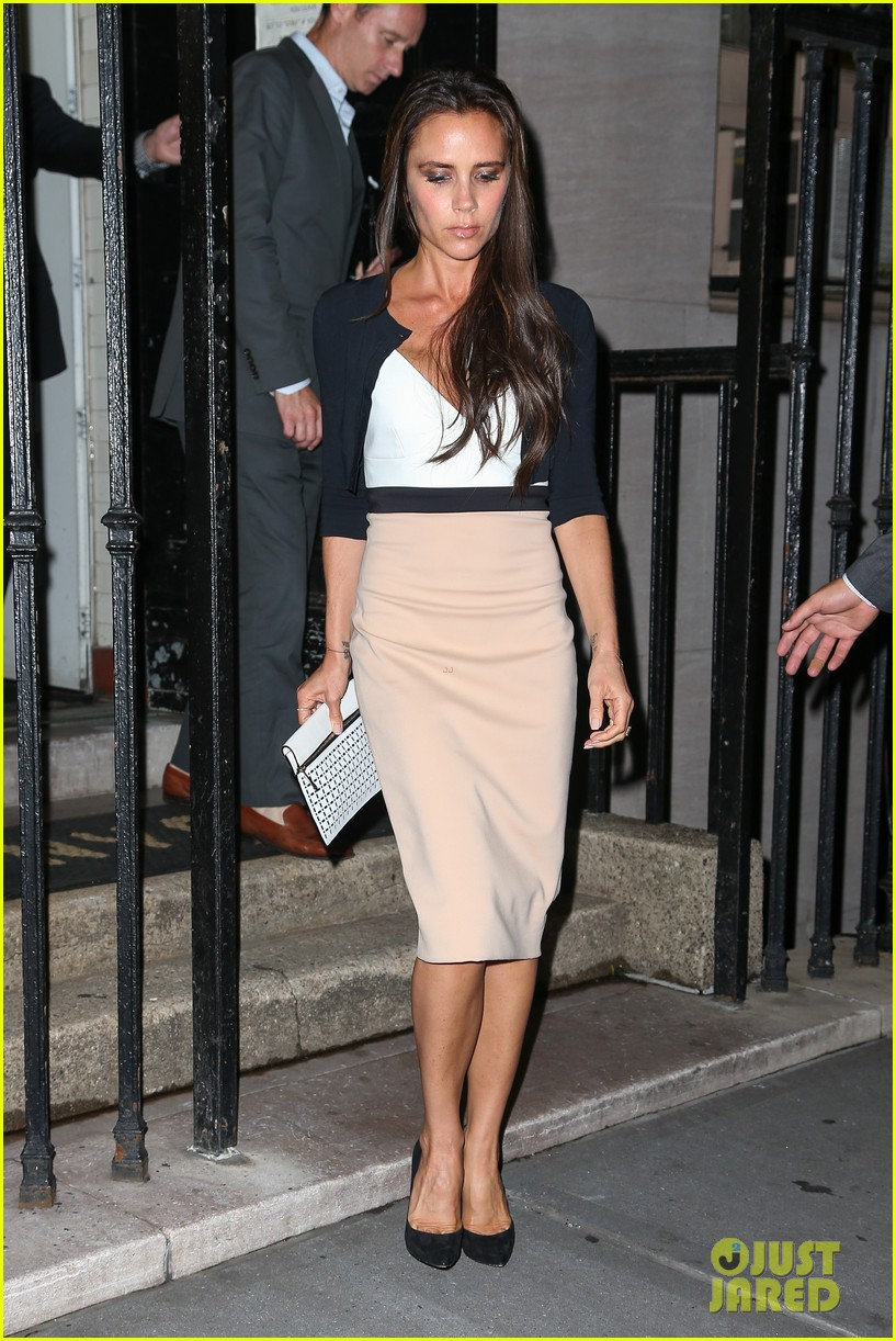 victoria beckham works while david beckham harper play 142950169