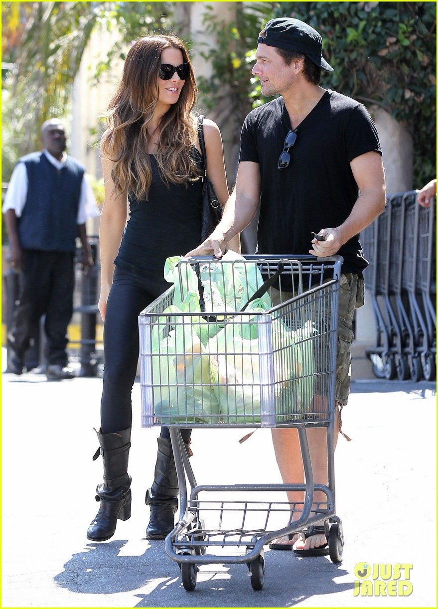 kate beckinsale len wiseman get groceries at gelsons 01