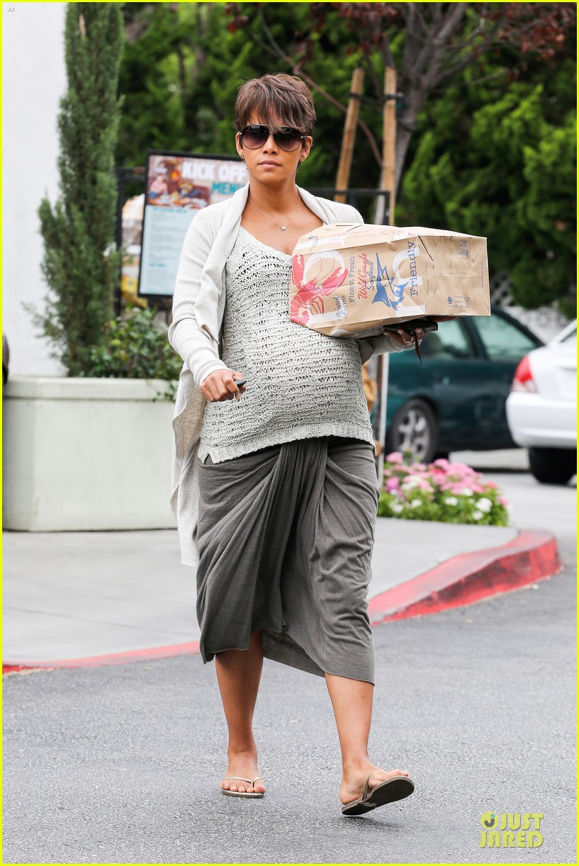 halle berry carries grocery bag on growing baby bump 12