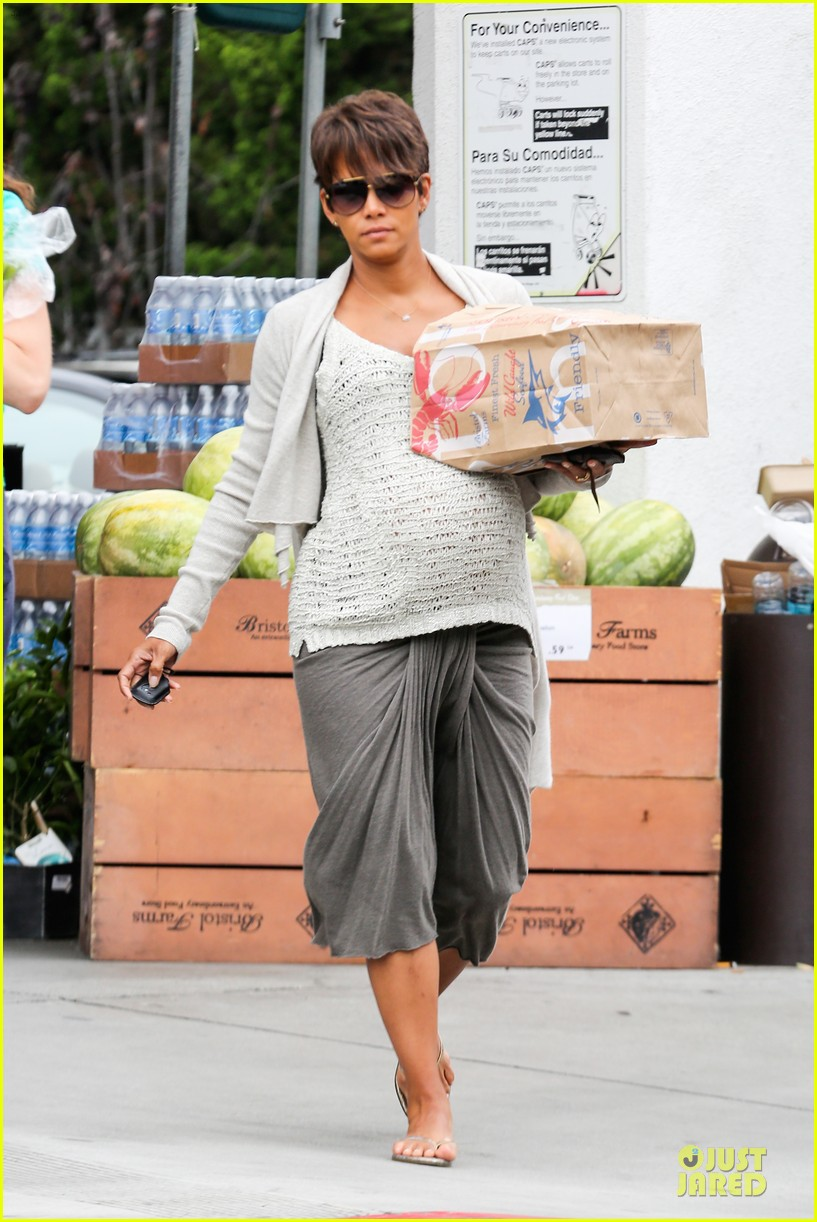 halle berry carries grocery bag on growing baby bump 16