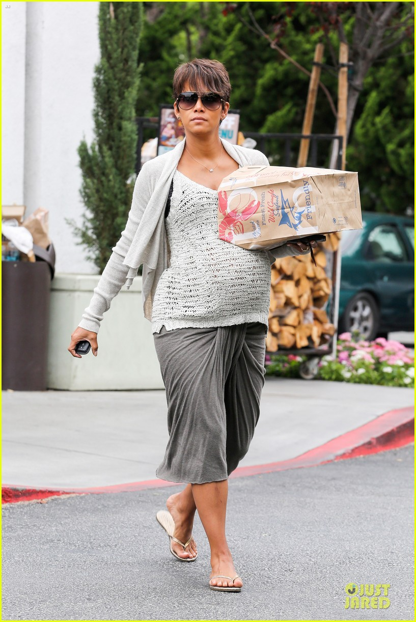 halle berry carries grocery bag on growing baby bump 17