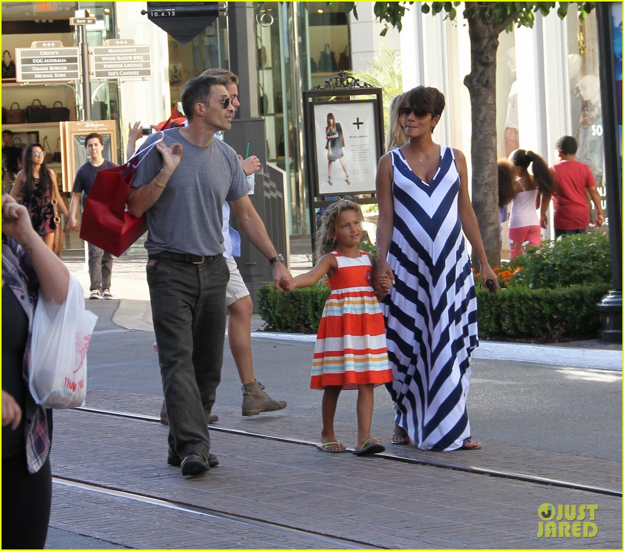 pregnant halle berry olivier martinez grove with nahla 04