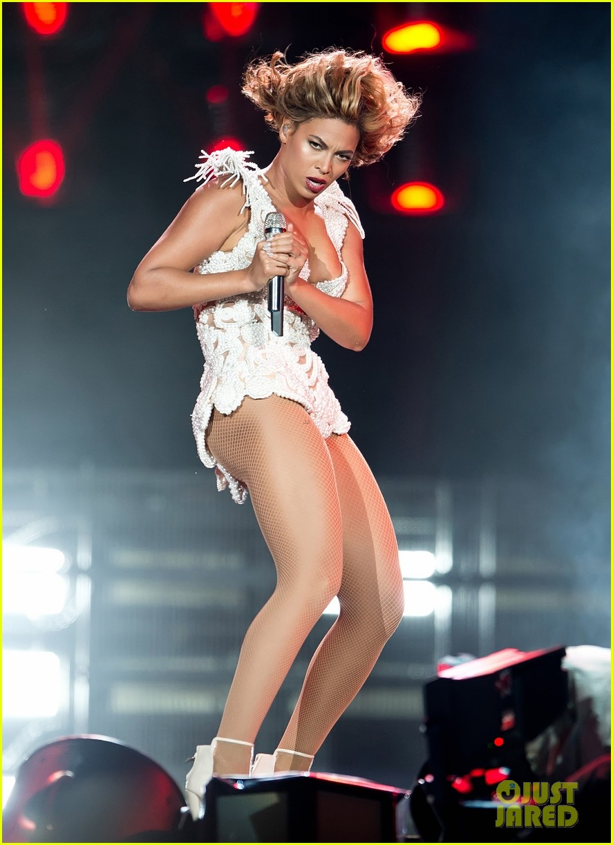 beyonce rocks new outfit at made in america festival 09