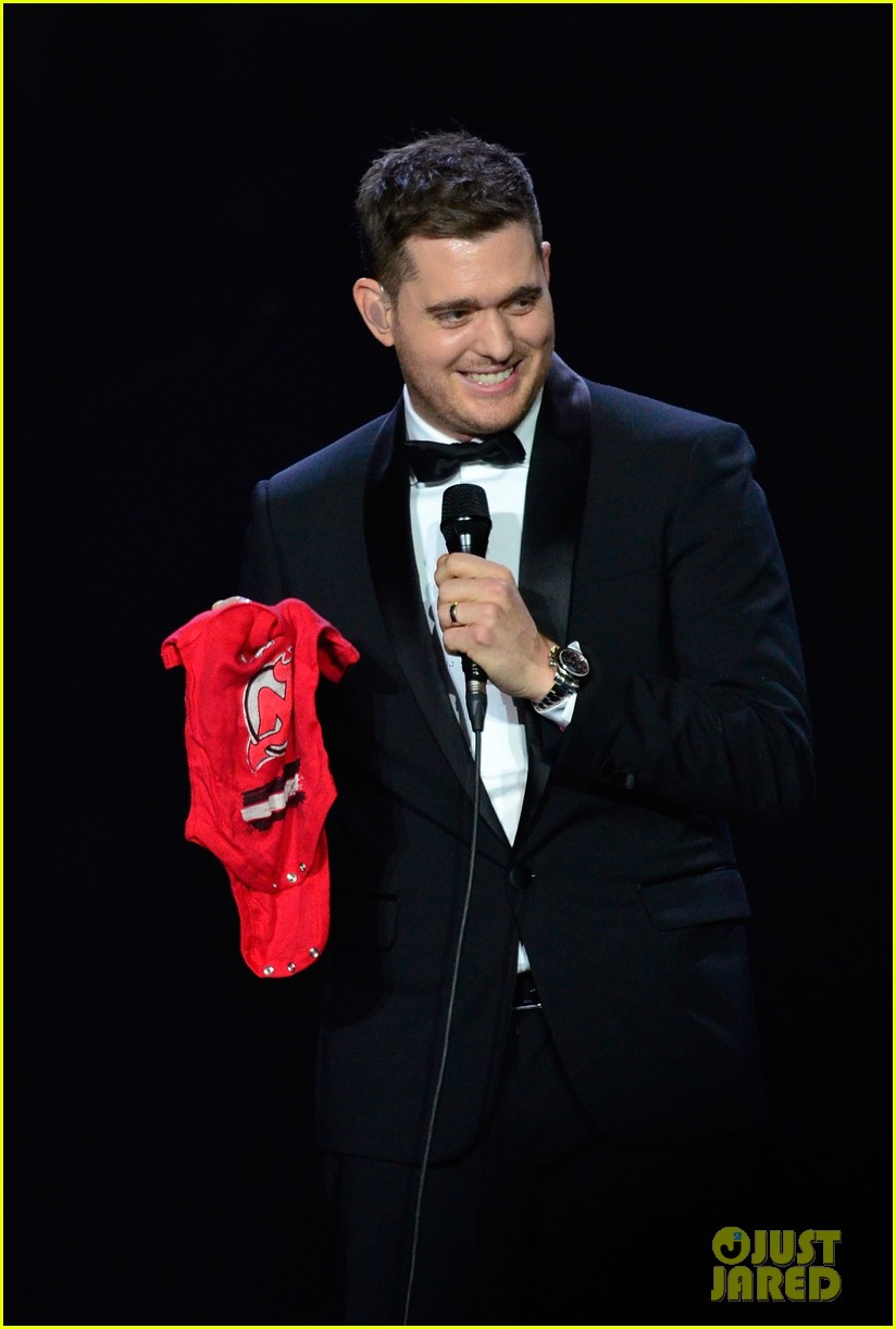 michael buble ends concert with amazing unplugged moment 02