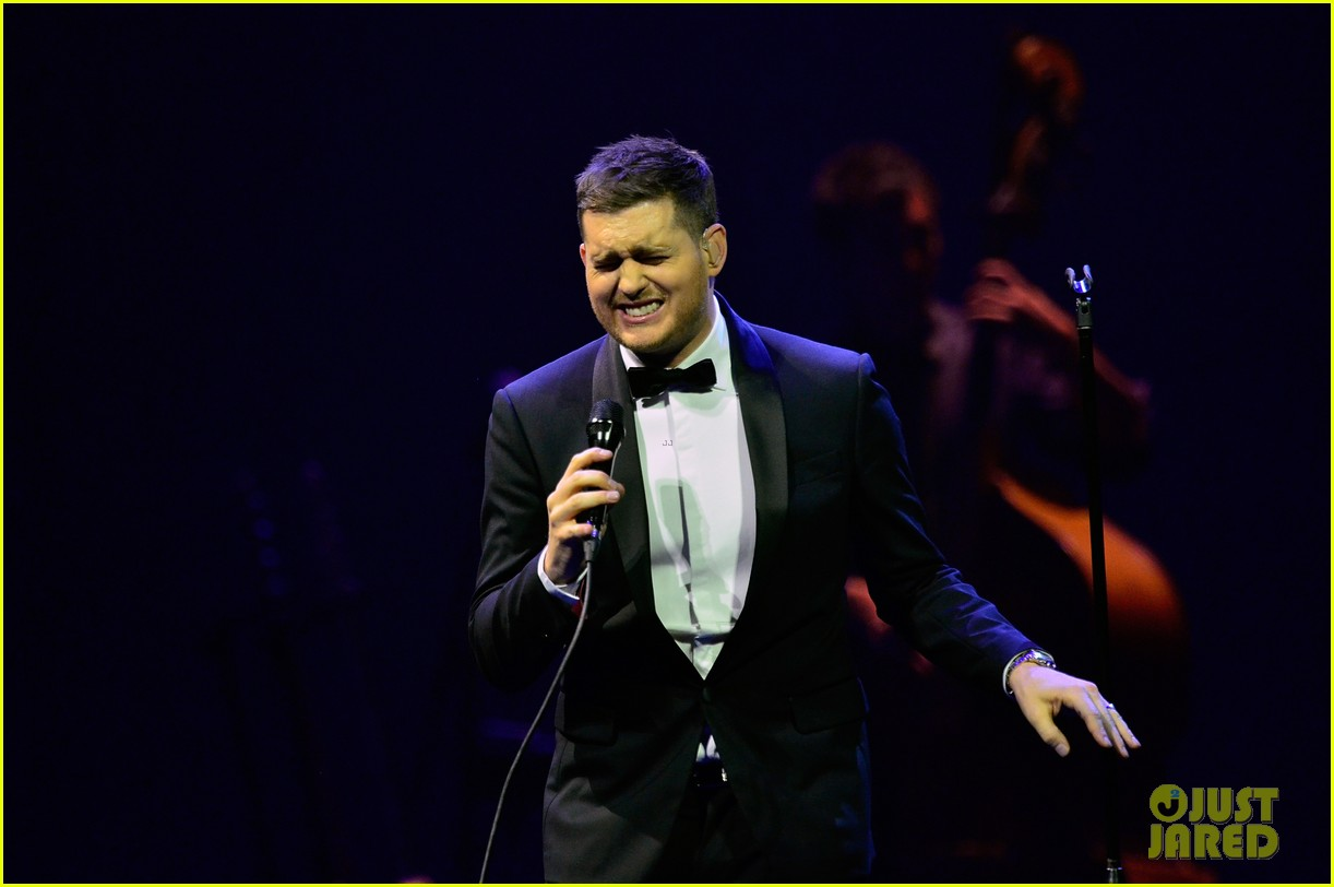 michael buble ends concert with amazing unplugged moment 222963143
