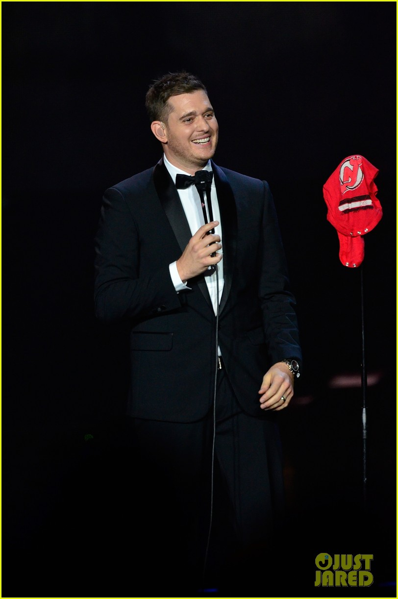 michael buble ends concert with amazing unplugged moment 282963149
