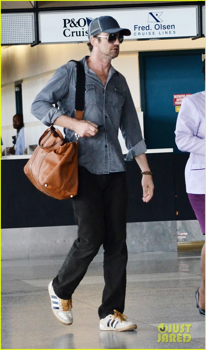 gerard butler ducks under ropes at barbados airport 072941836