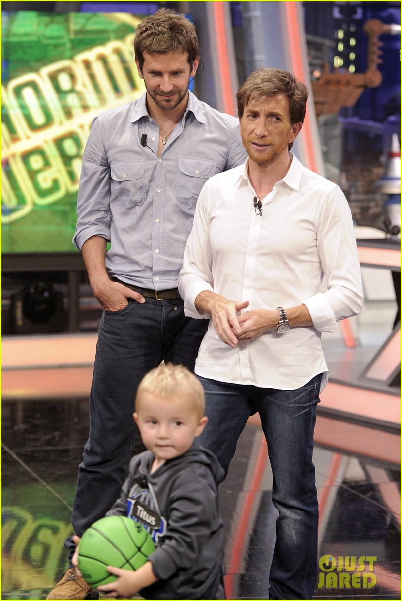 bradley cooper shoots hoops on el hormiguero 01