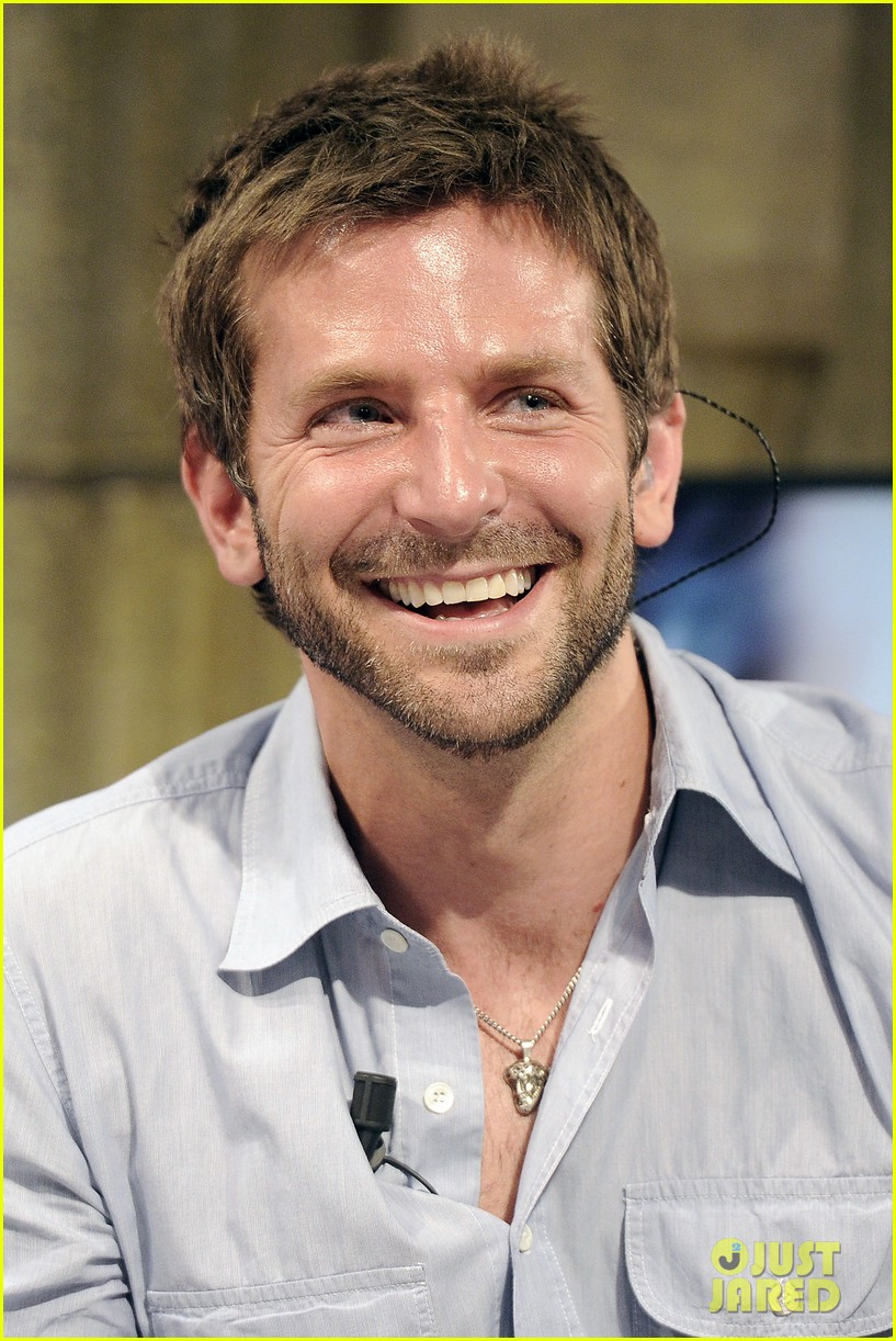 bradley cooper shoots hoops on el hormiguero 02