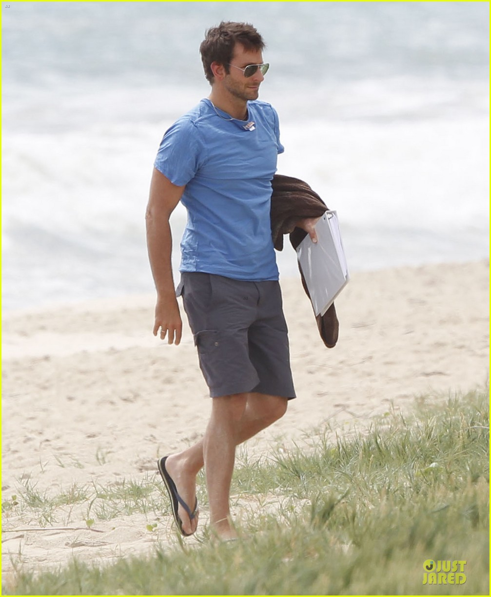 bradley cooper shirtless relaxing beach stud in hawaii 01