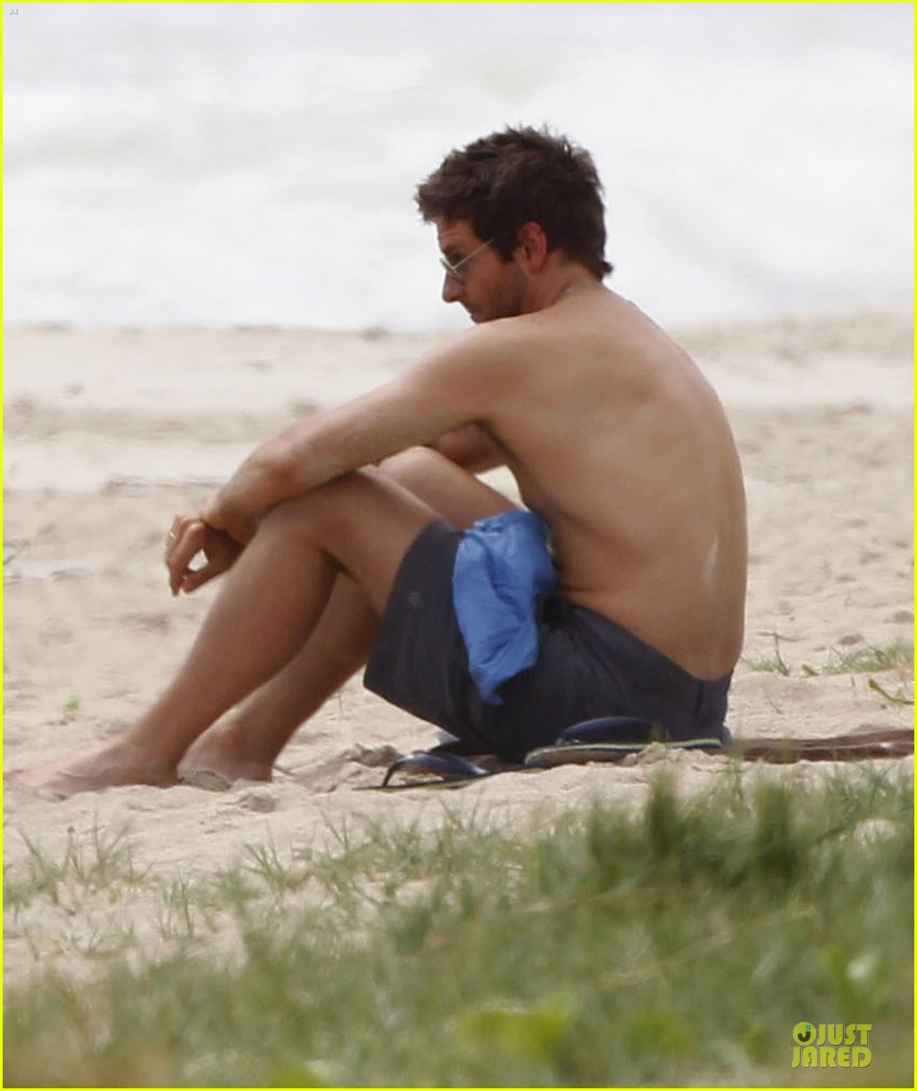 bradley cooper shirtless relaxing beach stud in hawaii 13