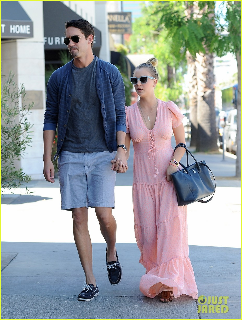 kaley cuoco fiance ryan sweeting hold hands at lunch 12