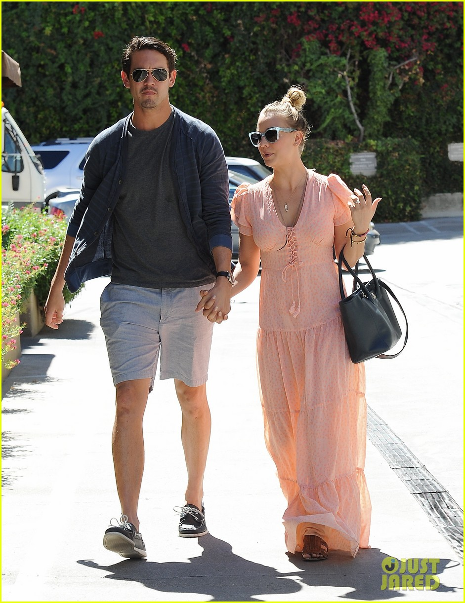 kaley cuoco fiance ryan sweeting hold hands at lunch 14