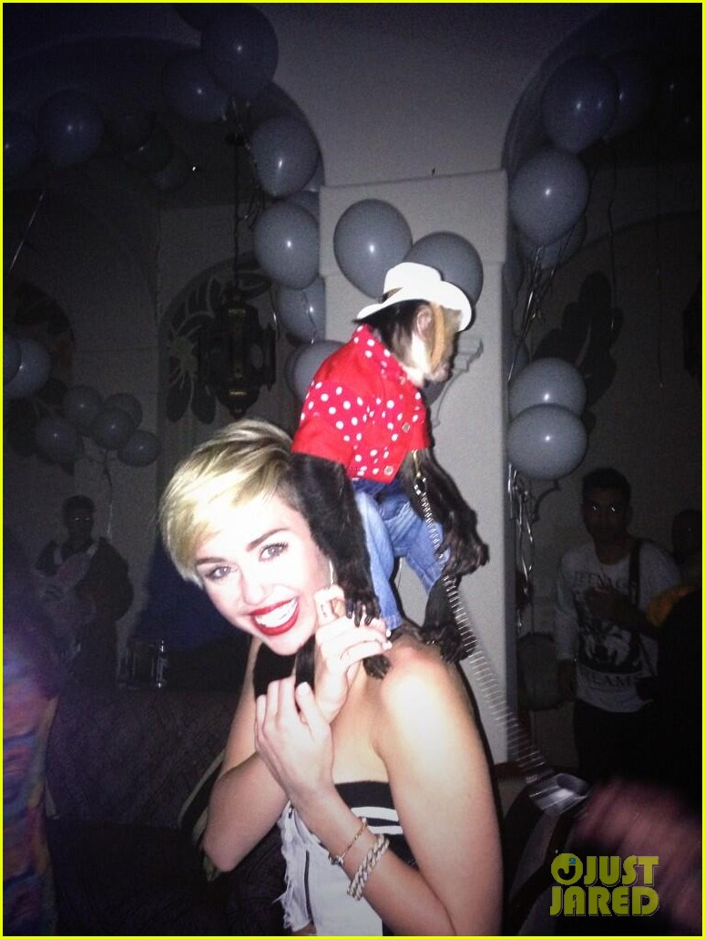 miley cyrus twerks with monkey on her back photo 05