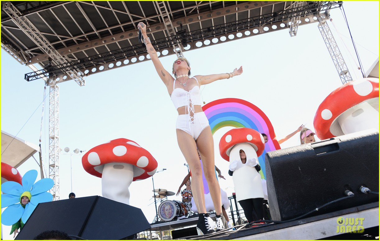 miley cyrus flaunts body at iheart radio music festival village 142956834