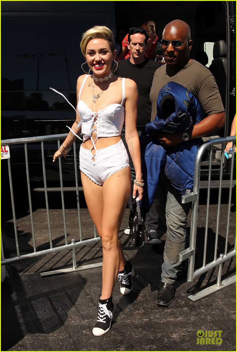 miley cyrus flaunts body at iheart radio music festival village 21