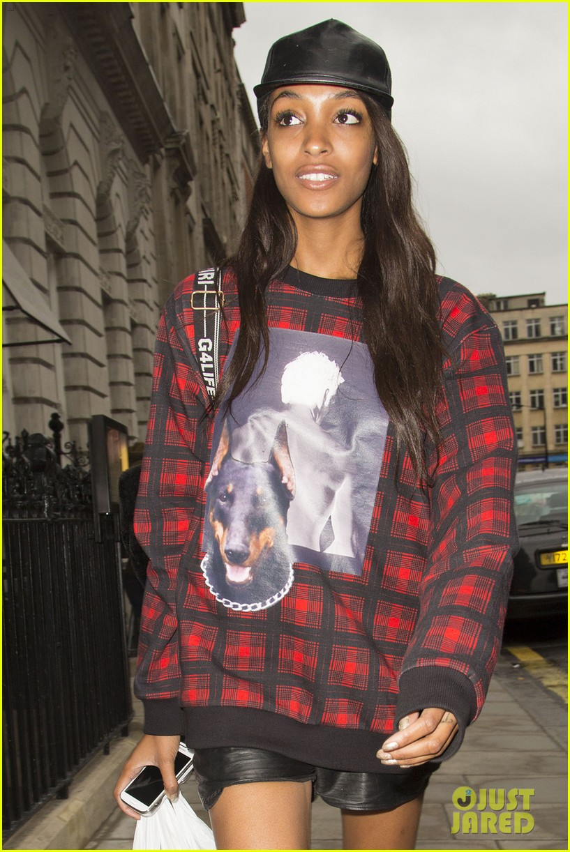 cara delevingne jourdan dunn walk in burberry show 24