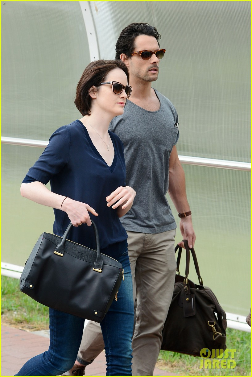 michelle dockery new boyfriend hold hands at venice airport 092941771