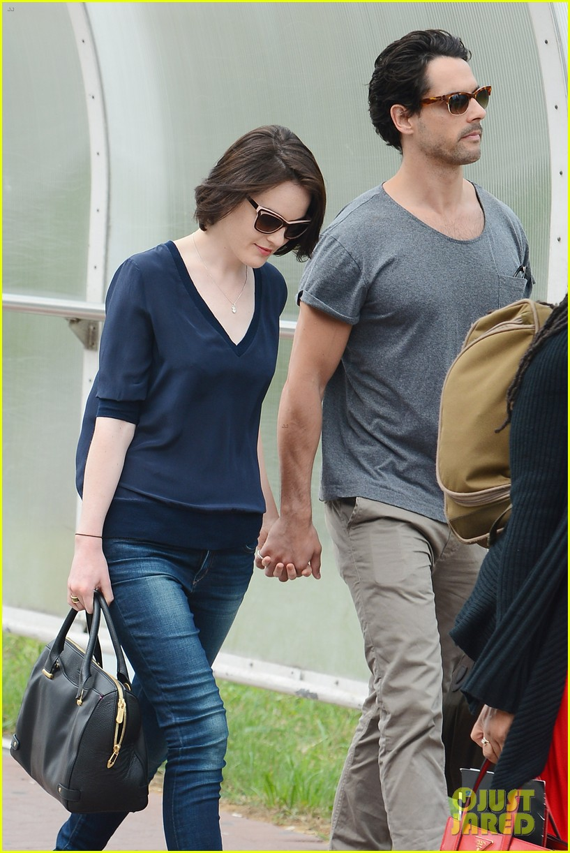 michelle dockery new boyfriend hold hands at venice airport 142941776