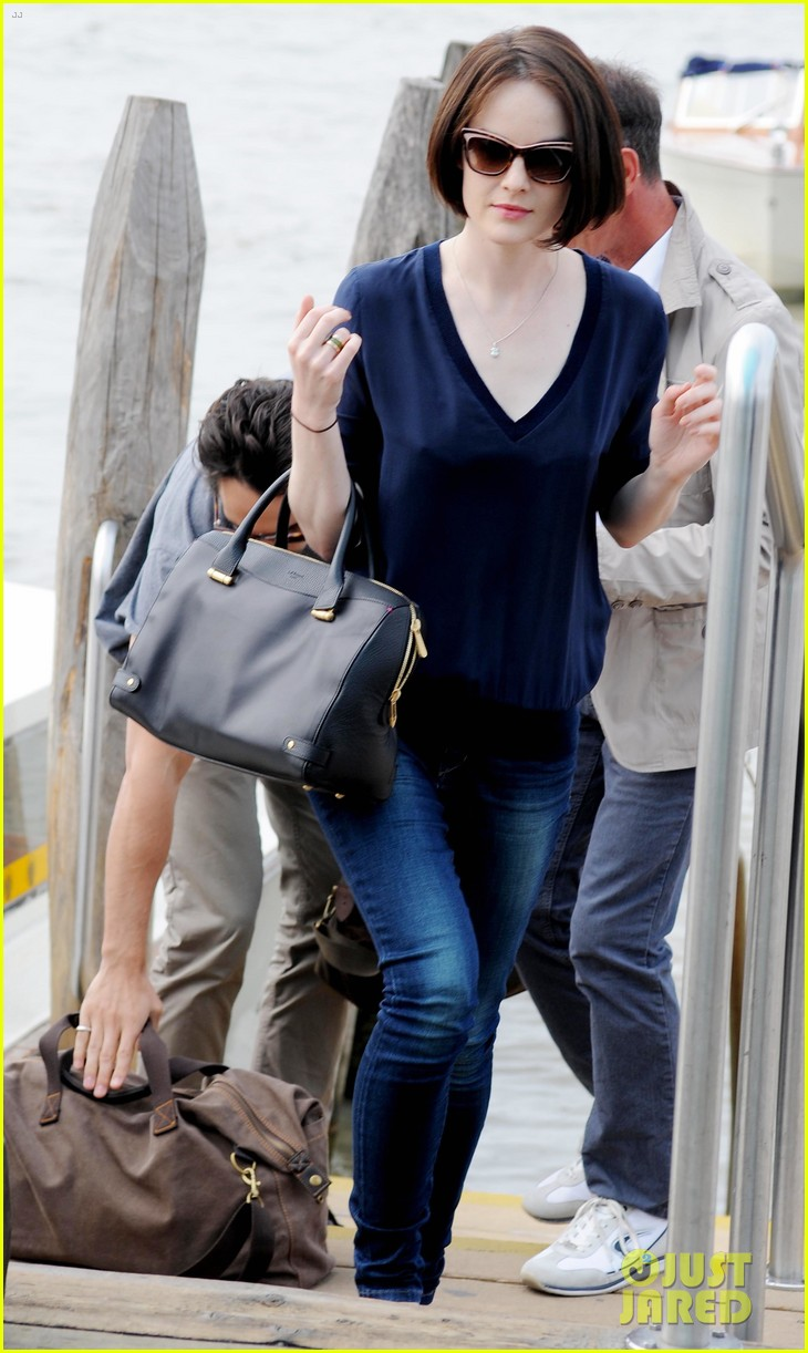 michelle dockery new boyfriend hold hands at venice airport 24