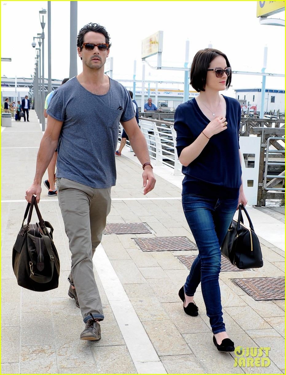 michelle dockery new boyfriend hold hands at venice airport 27