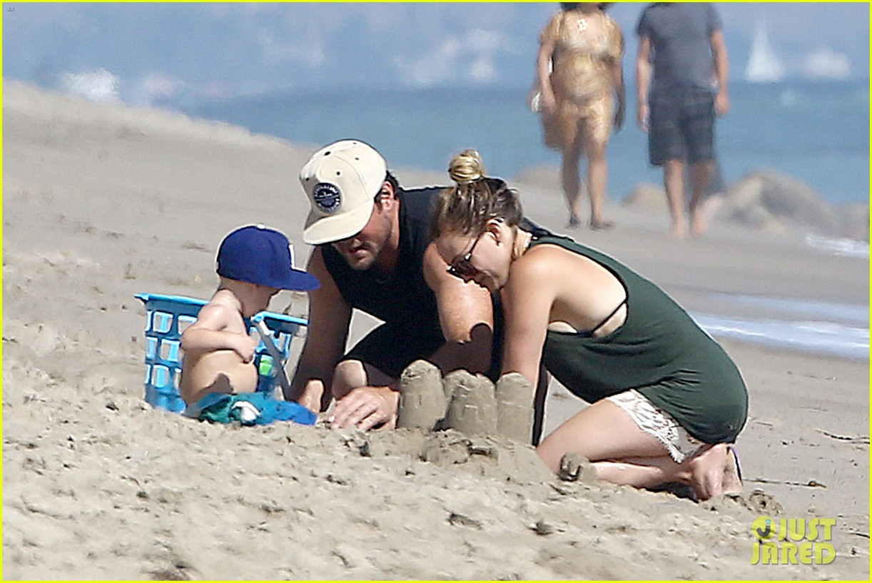 hilary duff mike comrie malibu beach with luca 06