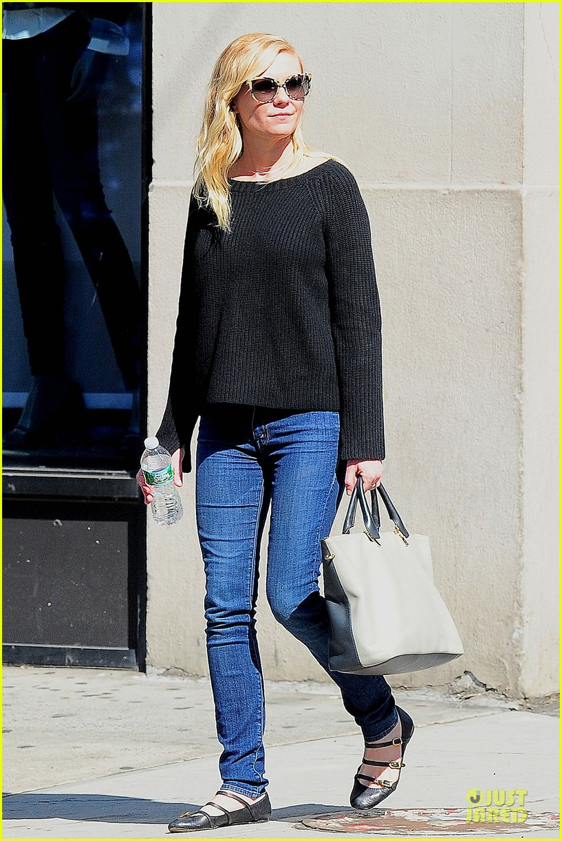 kirsten dunst shops for new sunglasses in nyc 12