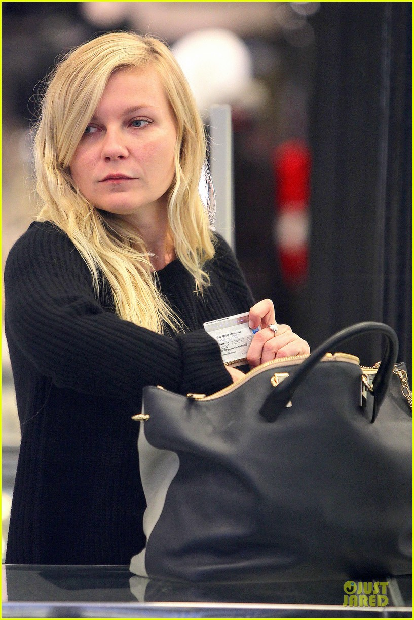 kirsten dunst shops for new sunglasses in nyc 18